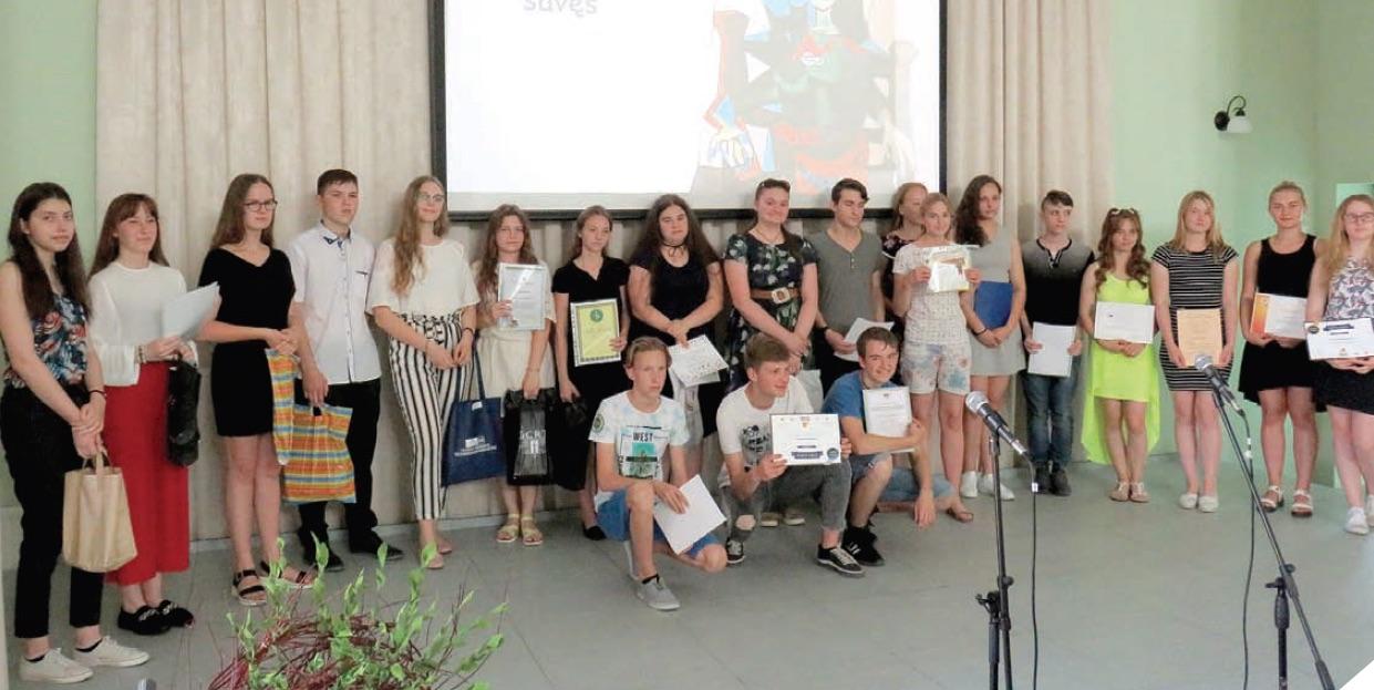 Gabiausiems gimnazistams įteiktos premijos, padėkos ir dovanos