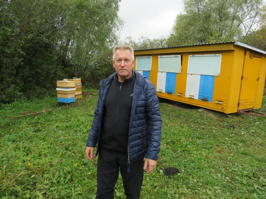 Bičių ūkio šeimininkas džiaugiasi modernizuojamu bitynu