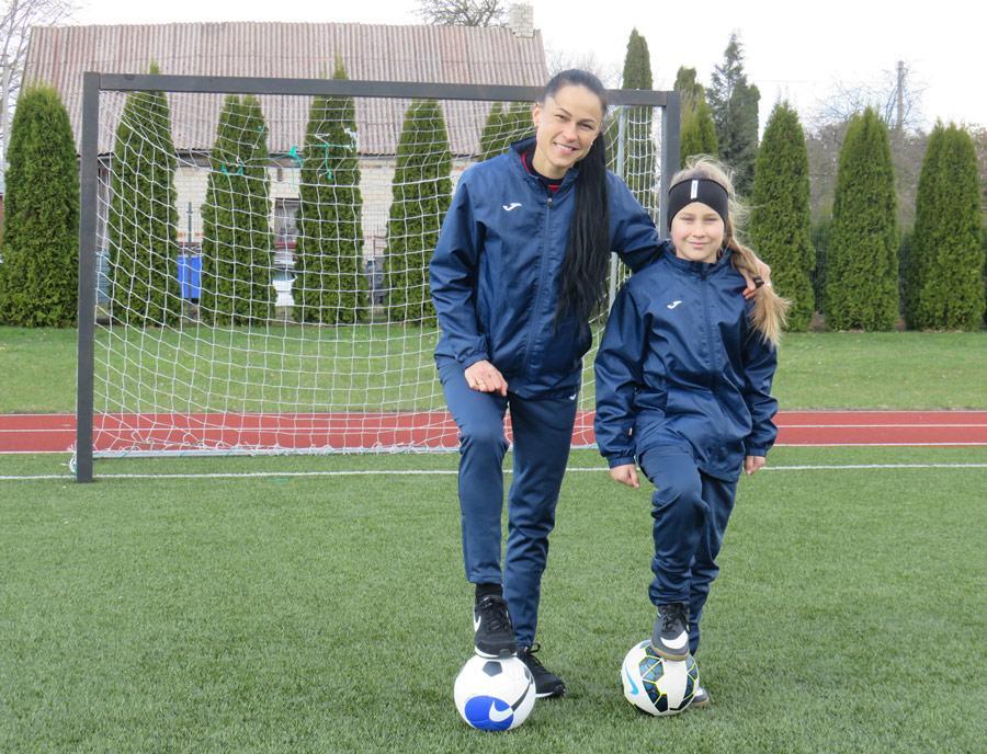 Futbolo kamuolys moterį lydi kiekviename žingsnyje